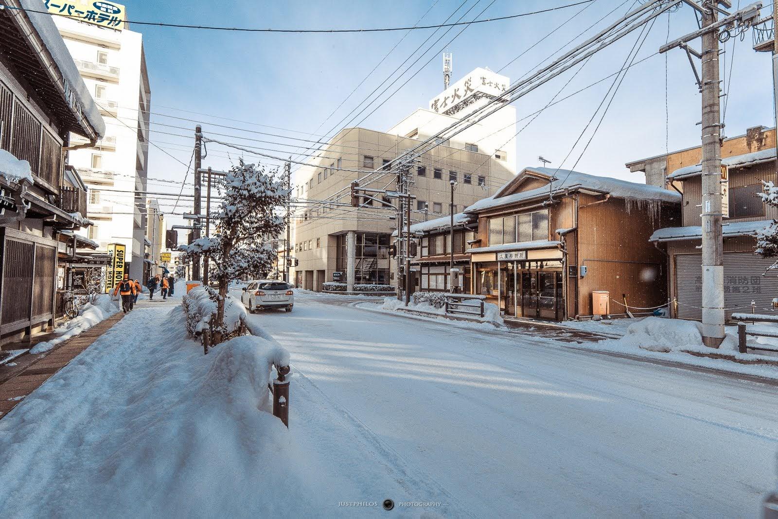 被白雪覆蓋的高山市街有如置身銀白國度中。