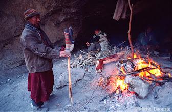 Photo: autour d'un feu, pour les chaussettes
