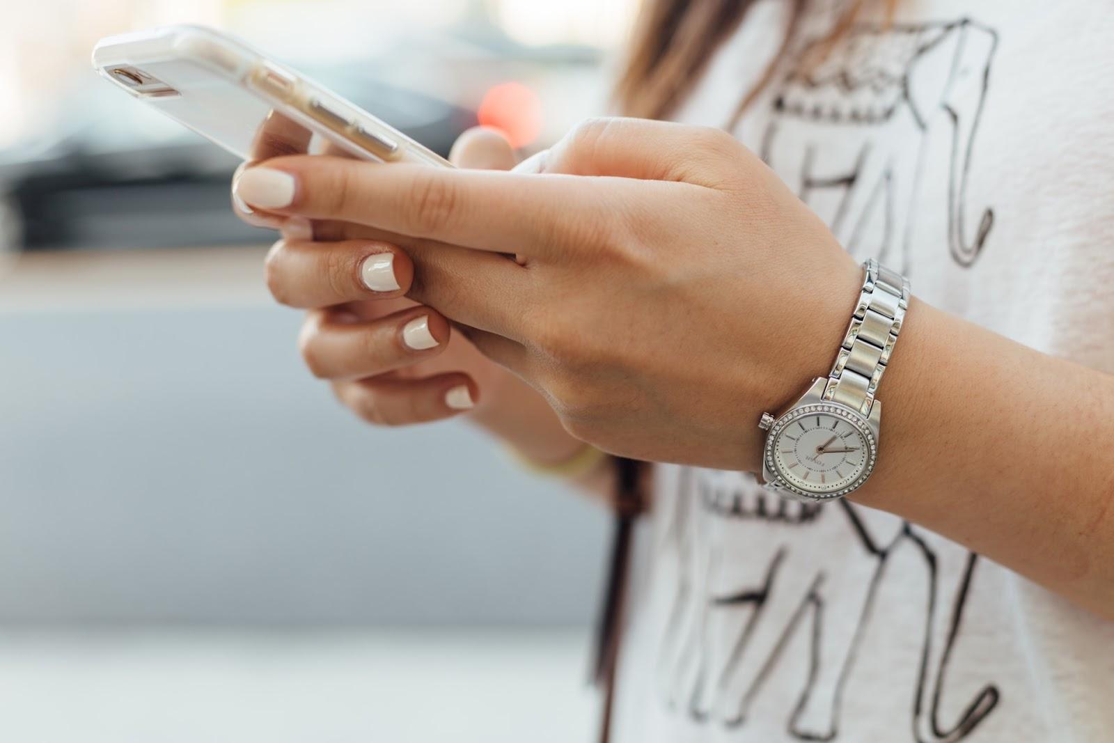 A geração Z cresceu com a internet e smartphone, de modo que a fronteira entre digital e real não existe para eles (Imagem: Paul Hanaoka/Unsplash)