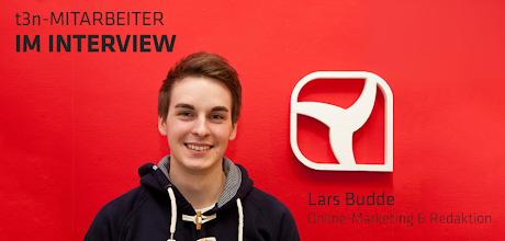 Photo: t3n Mitarbeiter im Interview - Lars Budde (Online-Marketing & Redaktion)  Alex (A): Wer bist und was machst du beim +t3n Magazin?  Lars (L): Ich bin +Lars Budde(24) und habe im Juni als Praktikant bei t3n begonnen. Seit Oktober bin ich als Trainee im Bereich Online-Marketing sowie der Online-Redaktion tätig.  A: Was hast du davor gemacht bzw. womit beschäftigst du dich fernab vom t3n-Kosmos?  L: Ich habe vorher in Göttingen studiert. Parallel habe ich in einer studentischen Unternehmensberatung viel mit kleinen und mittleren Unternehmen gearbeitet. Mittlerweile beschäftigte ich mich neben der alltäglichen Arbeit mit vielen kleinen Projekten, die alle aufzuzählen den Rahmen dieses Interviews sprengen würde.  A: Welche Blogs, Websites und Apps nutzt am häufigsten? Nenn mir bitte jeweils zwei.  L: Blogs - http://SEOmoz.org/blog & http://sethgodin.typepad.com/seths_blog Websites - Facebook, Google+ Apps - Doit.im, Hootsuite  A: Was macht das Arbeiten bei t3n für dich so besonders?  L: Die angenehm lockere Atmosphäre, das sympathische Team und Walter (Insider: Walter, ehm. Küchenchef der Polizeikantine hier um die Ecke).  A: Wo und wie erreicht man dich im Netz?  L: Über die üblichen Kanäle, idealerweise aber Twitter (@larsbudde).
