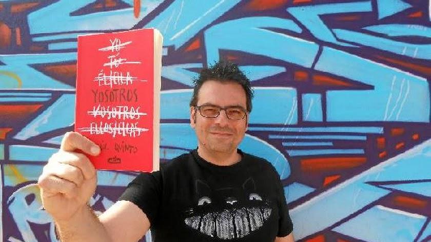 Raúl Quinto, afincado desde hace muchos años en Almería, sostiene un ejemplar de 'Yosotros', su último libro.