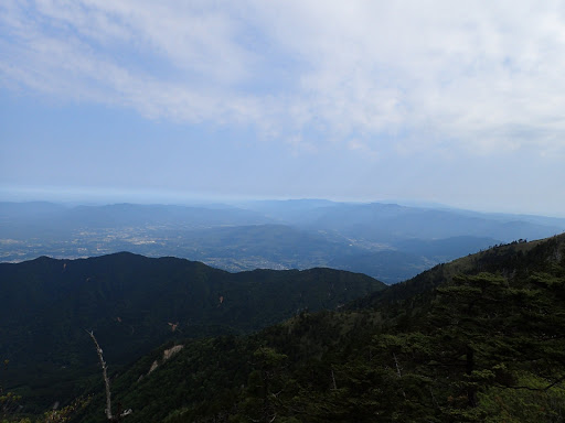 下に中津川市街地と右奥に木曽御嶽山
