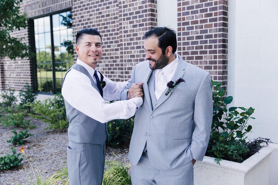 dwóch mężczyzn w garniturach