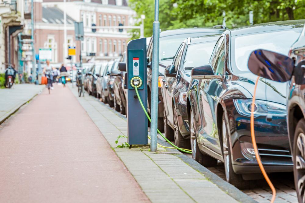 Plano alemão para digitalização do tráfego inclui proposta de modelo único para cobrança de recarga de carros elétricos. (Fonte: Shutterstock)