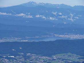 諏訪湖(上に乗鞍岳とその左に白山)
