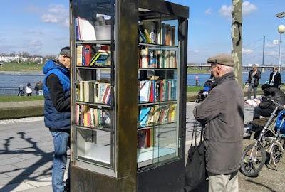 Öffentlicher Bücherschrank am Rhein.