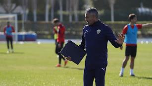 José Gomes hablando con el equipo en el entrenamiento.