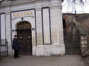 Photo: Nenápadná barokní kaple Panny Marie, ovšem za ní se skrývá...