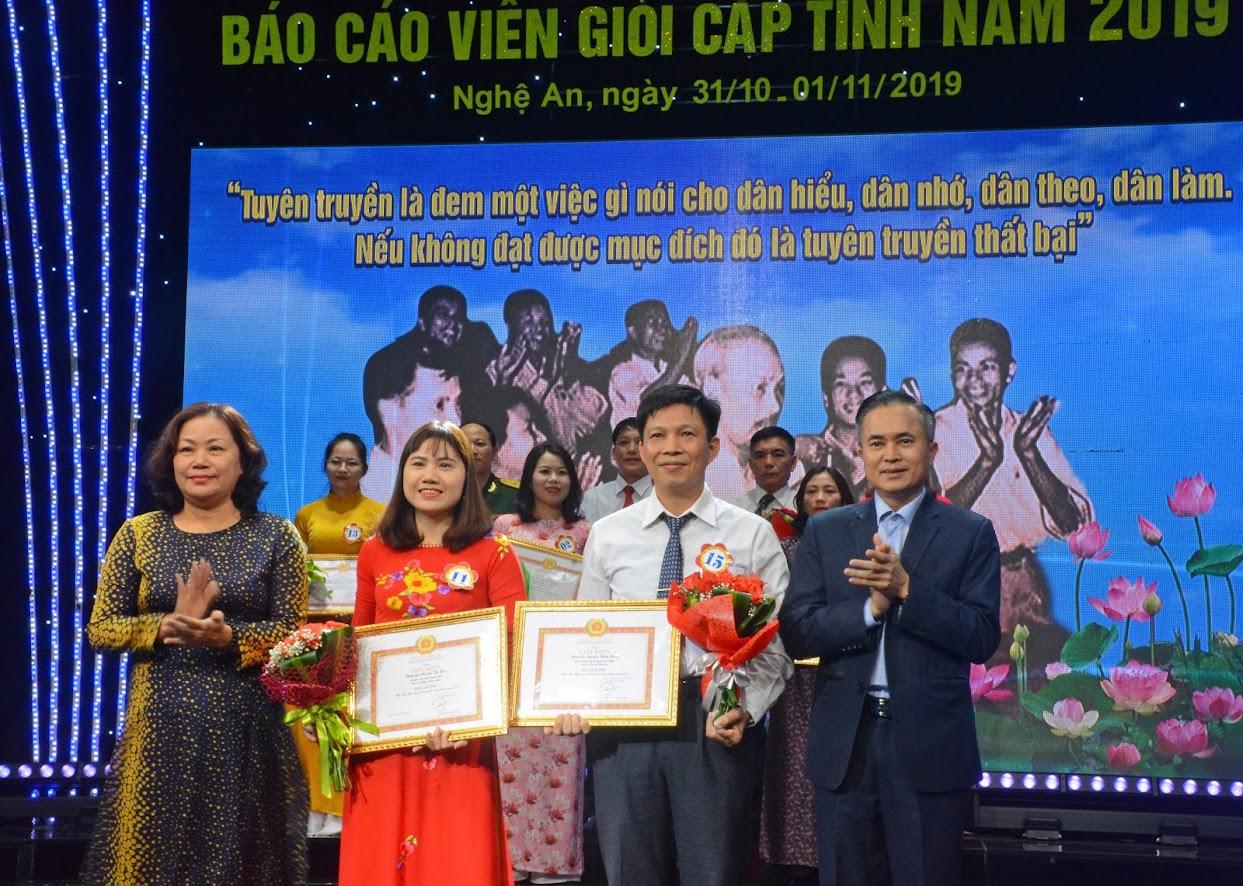 Các đồng chí Nguyễn Thị Thu Hường, Trưởng Ban Tuyên giáo Tỉnh ủy  và Lê Ngọc Hoa, Phó Chủ tịch UBND tỉnh trao giải Nhì cho 2 báo cáo viên