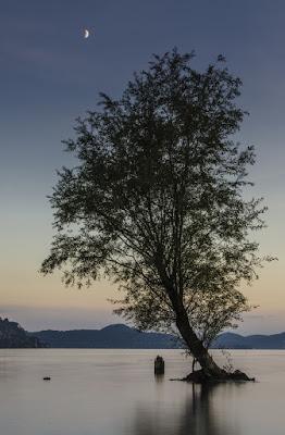 In mezzo al lago in compagnia della Luna di PhotoLeone
