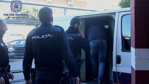 El detenido subiendo al furgón policial.