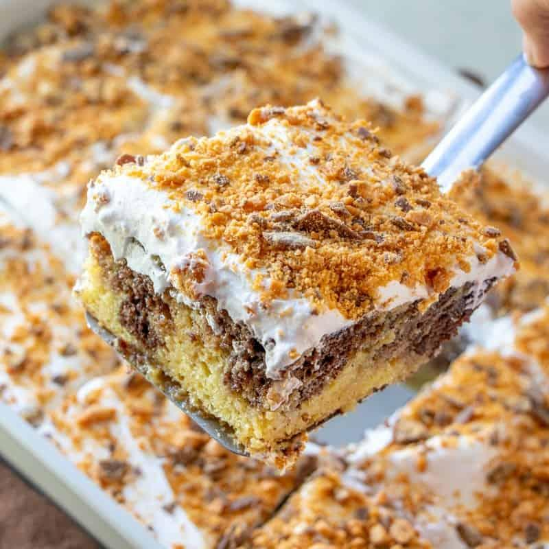 BUTTERFINGER POKE CAKE (+Video) | The Country Cook