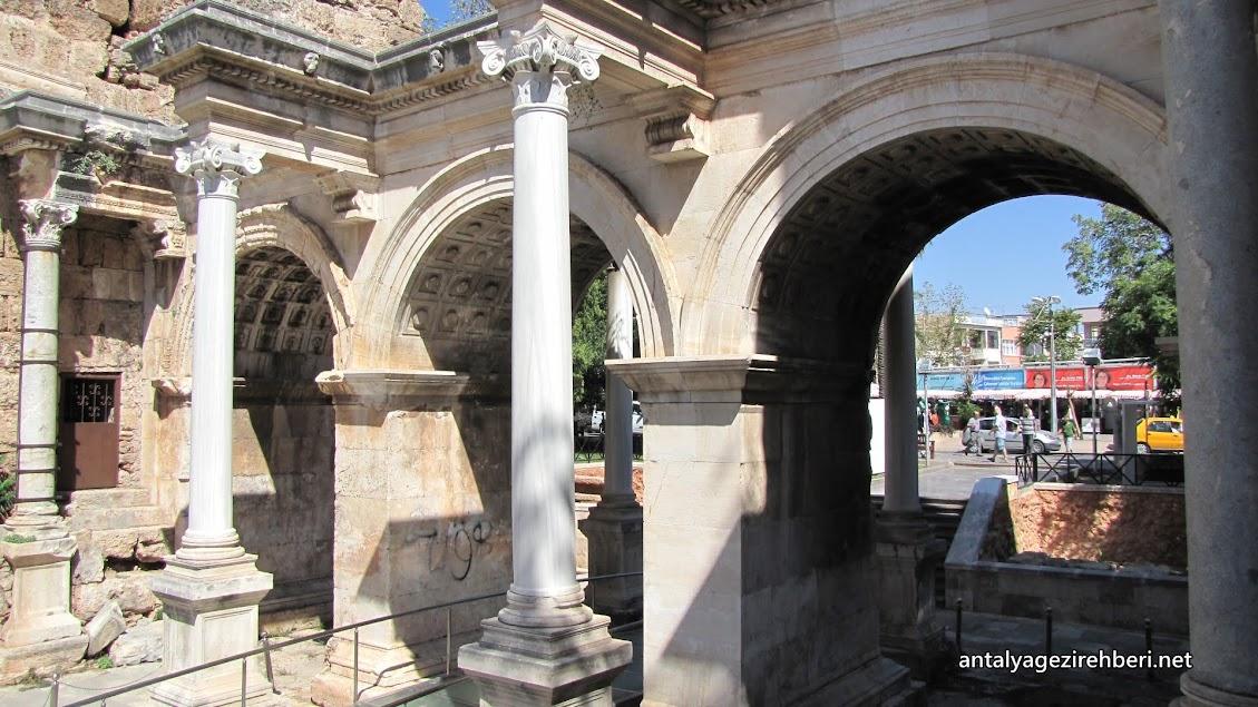 hadrianus kapısı (üç kapılar)