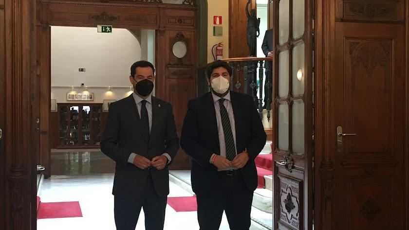 Juanma Moreno, a la izquierda, el pasado lunes en Almería.