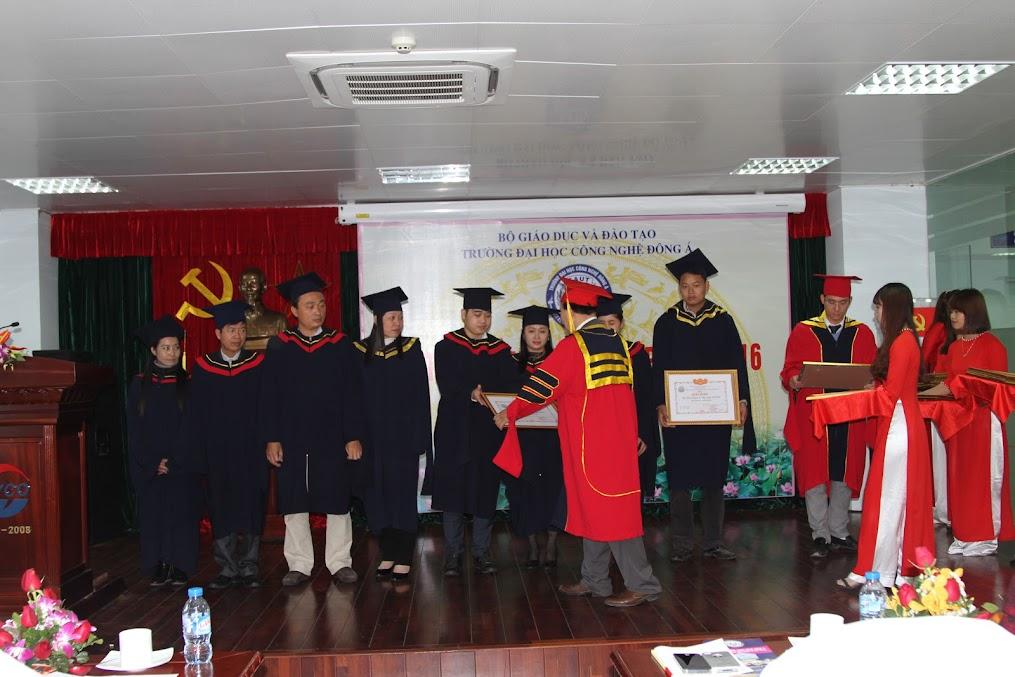 Lễ trao bằng và giấy khen cho sinh viên xuất sắc.