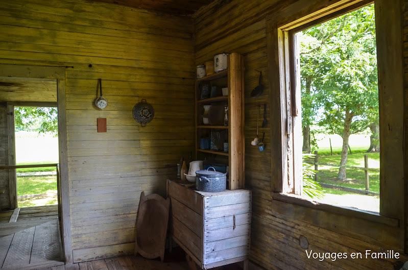 laura plantation - slave cabin