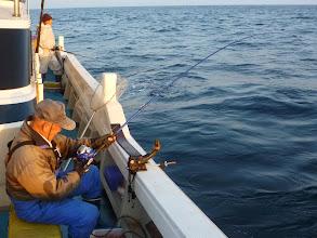 """Photo: 釣り王""""イノウエさん""""フィーッシュ! かなり重たそう。"""
