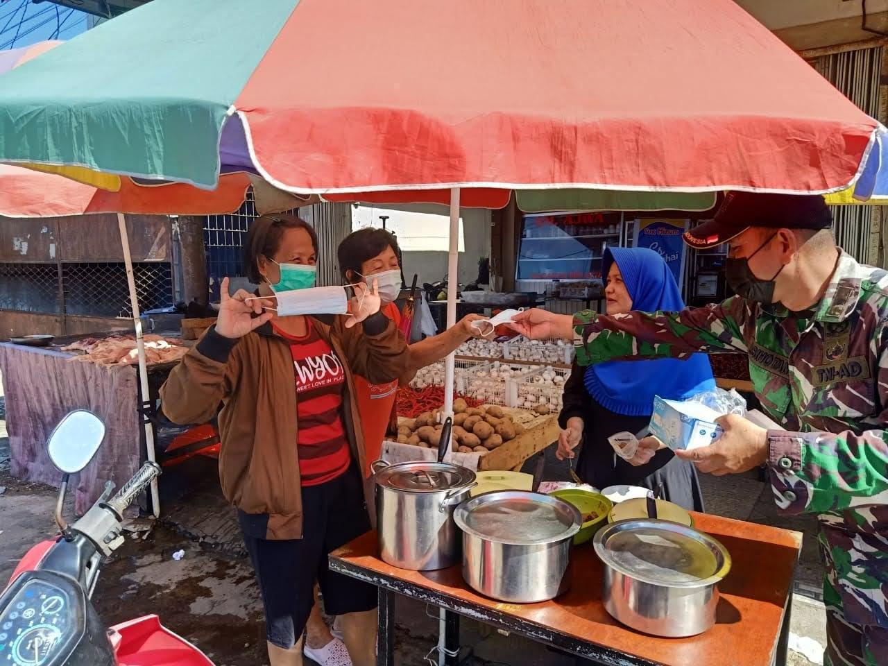 Kapten Czi Sihotang turun ke Pasar Bagi Masker Kepada Masyarakat