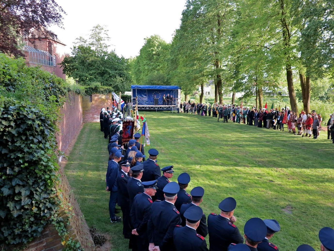 Links vooraan: de Freiwillige Feuerwehr van Kranenburg.
