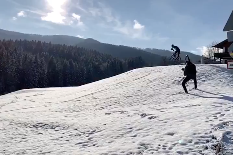 🎥 Sneeuwpret: Sagan amuseert zich kostelijk na medische testen