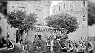 La Guardia Civil a caballo recorriendo el Paseo en el año 1961, a la altura del Teatro Cervantes. Su presencia le daba realce a las procesiones.