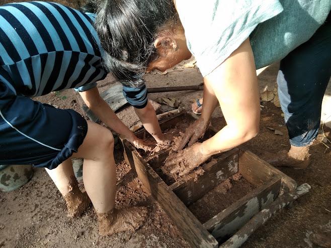 混ぜ終わった土を木枠に詰める