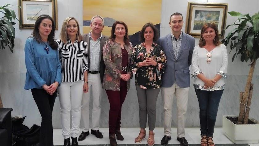 Parlamentarios andaluces y la vicesecretaria de Sanidad del PP, hoy en la sede del Colegio de Médicos.