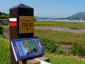 Photo: Lungo il GR10, uscendo da Hendaye: dall'altro lato della baia Hondarribia, Espana.