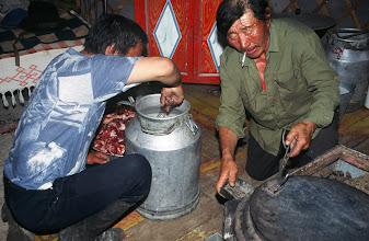 Photo: 03270 ハドブルグ家/ホルホック/牛乳缶に少量の水や塩を入れ、小分けにした肉と焼石を入れる。ゴムパッキンの付いた蓋で密閉してバーナーなどで加熱する。