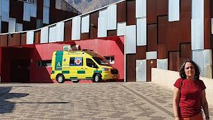 La portavoz del PSOE de Vélez-Rubio, María Pérez junto al centro de salud.