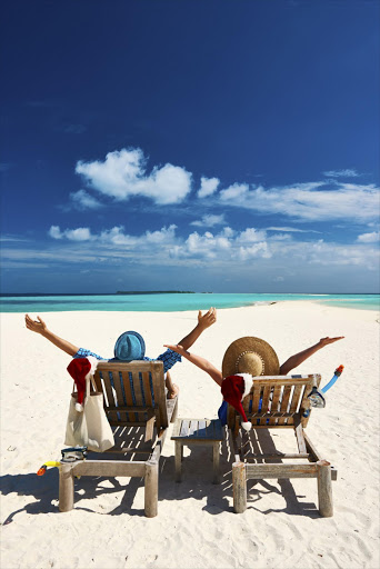 Couple relax on a beach at christmas - Stock image