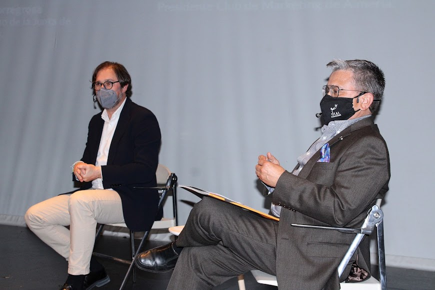 El periodista David Baños y Santiago Alfonso, presidente del Club de Marketing.