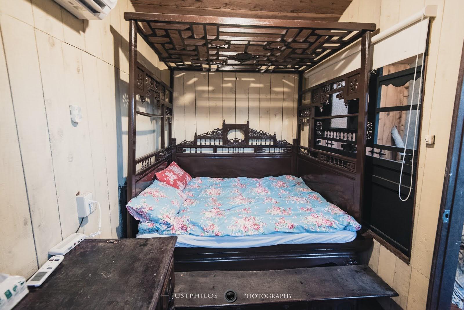 三樓的樹屋閣樓則是有一張滿有年紀的老床,當天兩位男生擠在這小空間內還算OK。(友人身高為180公分說不會踢到床尾)