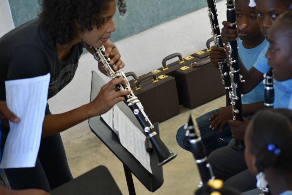 Carmen Borregales de la Orquesta Sinfónica Simón Bolívar de Venezuela orienta a sus alumnos de la cátedra de clarinete