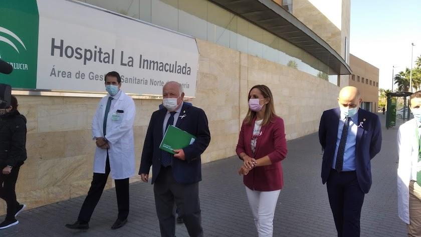 El consjero de Salud, Jesús Aguirre, junto al gerente del Área Sanitaria Norte de Almería y la delegada de la Junta en Almería, Maribel Sánchez.