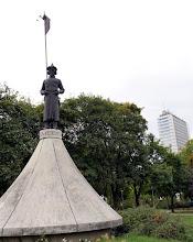 Photo: Géza fejedelem szobra, egy jurta csúcsán álló magyar harcos alakjaként a volt Rezső téren.