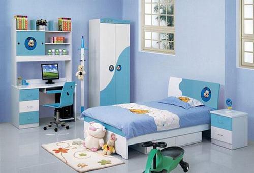 Phòng ngủ bé được sắp xếp theo bố cục đơn giản vô cùng ngăn nắp
