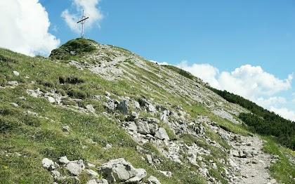Rückblick auf Gipfelkreuz Bschießer und Abstiegsweg Allgäu Tirol