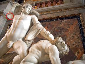 Photo: Der Bildhauer Johannes Benk führte die Restaurierung des Armbruches kostenlos durch.  Die Nahtstelle gut noch sichtbar.