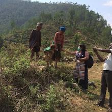 Photo: Nuestra representante Ringzing Dolma con afectados por el terremoto en Nepal.