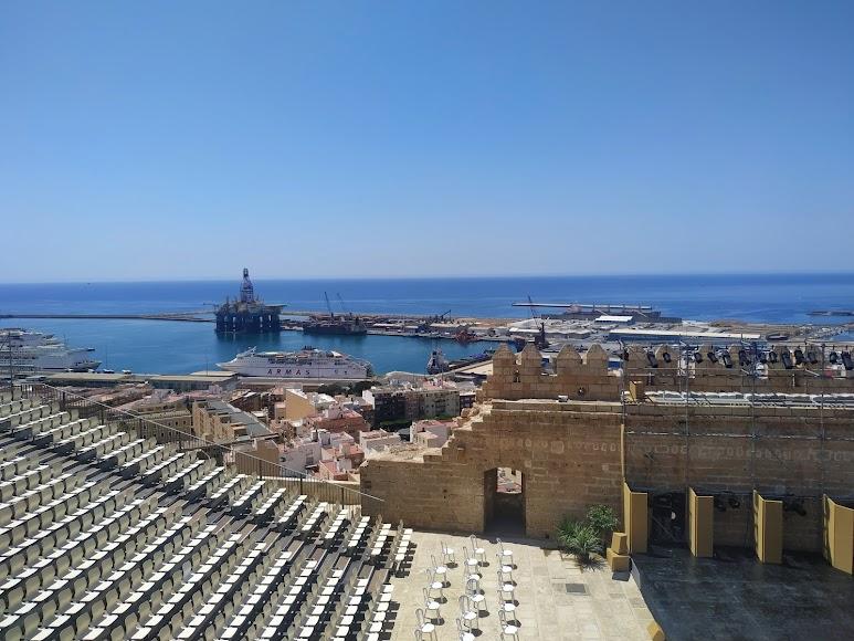 Vistas del Puerto de Almería desde el castillo cristiano