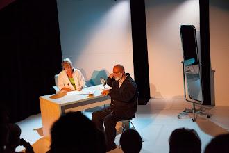 Photo: Oliver Sacks, célèbre neurologue new-yorkais, décrit dans son ouvrage «L'Homme qui prenait sa femme pour un chapeau» un royaume inconnu, peuplé de personnes atteintes de troubles neurologiques. Ces affections, ou ces graves maladies de l'âme, ont souvent des répercussions étranges sur la vie des patients, car elles atteignent l'homme non seulement dans son corps, mais aussi dans sa personnalité la plus intime et dans l'image qu'il a de lui-même.«L'Homme qui», de Peter Brook et Marie-Hélène Estienne, est constitué de courtes séquences évoquant des patients que le Dr Sacks a connus dans sa carrière, des héros anonymes menant de tragiques batailles intérieures pour assurer leur survie individuelle.Nous sommes ici bien au-delà des limites de la normalité. La Cave Perdue nous livre donc un spectacle déroutant, totalement maîtrisé et empreint de beaucoup d'humanité.A ne pas manquer ...