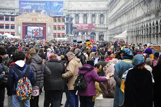 Photo: Venise - Place St Marc - Ambiance carnaval. Certains sont fiers de montrer leurs photos de la place St Marc par beau temps, sans personne... en période de carnaval, vous avez plus de chance de l'avoir par temps gris, et noire de monde ! Mais ce ne sont pas les couleurs qui vous manqueront pour autant.