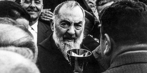 Những bức ảnh hiếm của Thánh Padre Pio, một nhà thần bí khiêm nhường mang các dấu thánh của Chúa Ki-tô