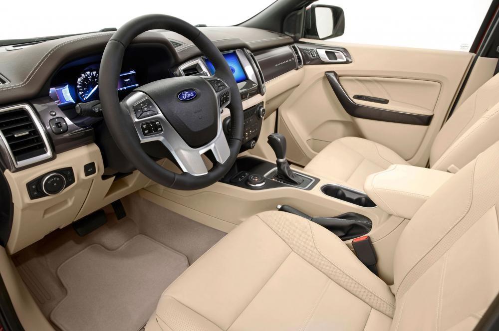 Phần khoang lái của xe được làm bằng chất liệu da do đó giúp người sử dụng cảm thấy dễ chịu