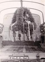 Photo: Amikor befejeződött az aratás, addigra az aratókoszorú is elkészült, melyet aztán végigvittek a falu utcáin. Utána következett az aratóbál. A koszorút minden évben Banda Ottó bácsi (1944-1990) készítette el.