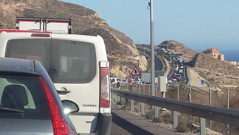 Vehículos atrapados en uno de los habituales atascos en la A7.