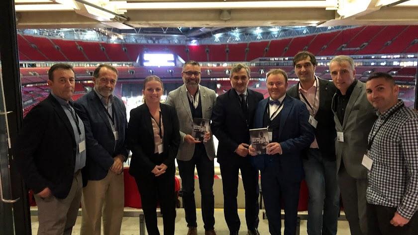 El autor del libro y los representantes provinciales, en el centro, durante la presentación en el estadio inglés.