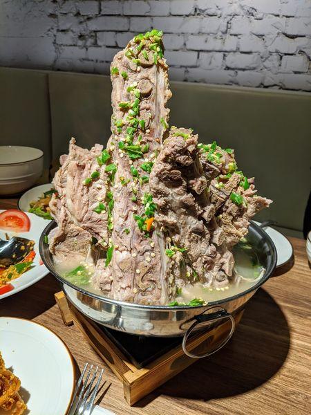 Ros Thai Taiwan 巨無霸火山排骨!東區新開幕正宗泰式料理,不用飛曼谷也吃得到的道地泰菜