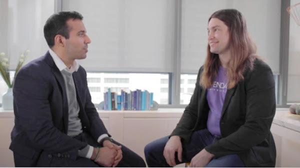兩位男性坐在辦公室中對談的照片